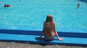 Zalesie Górne. Zarządca basenu oskarżony. 11-letni chłopiec prawie się utopił - zdjęcie ilustracyjne