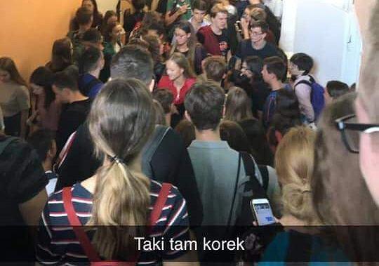 Tłok na korytarzu II LO w Grudziądzu