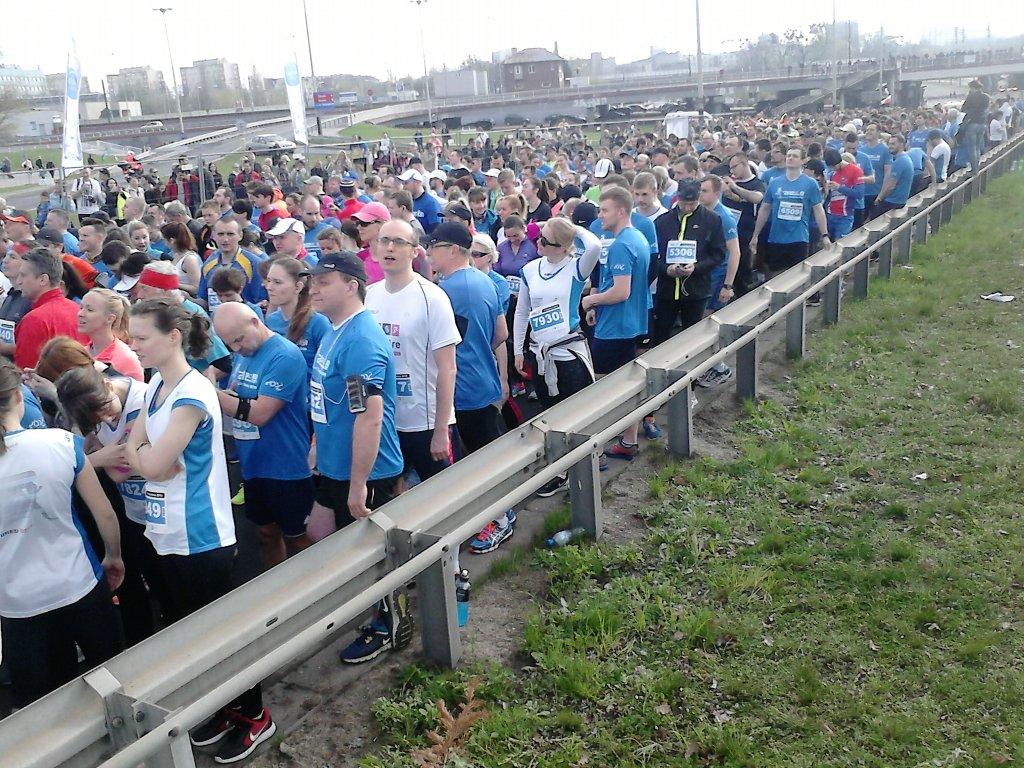 Biegacze na starcie DOZ Maratonu Łódź z PZU 2016