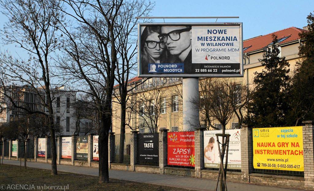 Szkoła przy Wiertniczej cała oblepiona reklamami