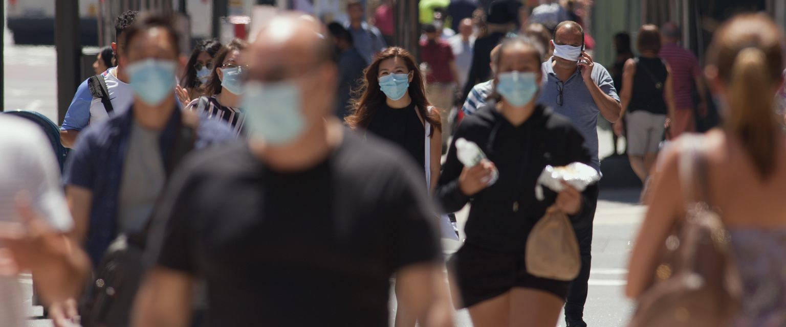 Tłum ludzi podczas pandemii (fot. Shutterstock)