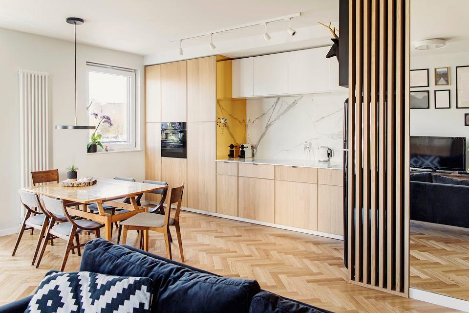 Biały marmur jest elegancki i ponadczasowy. Świetnie prezentuje się w kuchni.