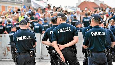 Aby zabezpieczyć miesięcznicę smoleńską, PiS uczynił z Krakowskiego Przedmieścia twierdzę. Nigdy dotąd służby porządkowe nie przedsięwzięły aż tak radykalnych środków. Cały wysiłek na nic: manifestacja Obywateli RP nie blokowała marszu PiS