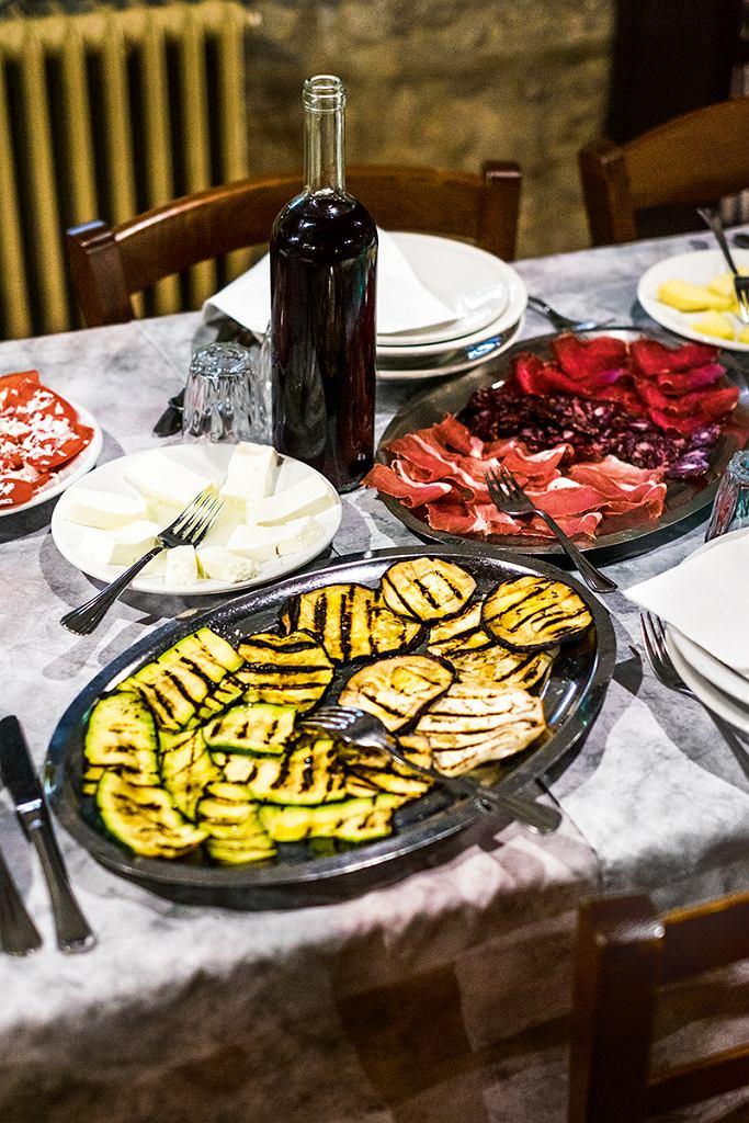 Sardynia, kolacja wAgriturismo Testone: grillowane cukinie ibakłażany, domowe sery iwędliny, wino cannonau