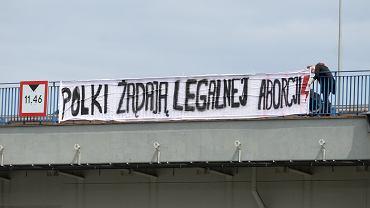 Transparent z napisem 'Polki żądają legalnej aborcji'