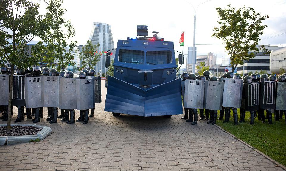 13.09.2020, Mińsk, milicja naprzeciw protestujących.