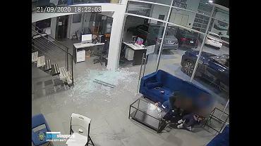 Nagranie ze strzelaniny w salonie samochodowym w Nowym Jorku. Ojciec zasłonił własnym ciałem trójkę swoich dzieci.
