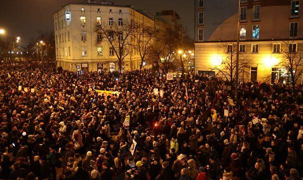 'Czarny piątek' - część uczestników manifestacji przed biurem PiS w Warszawie