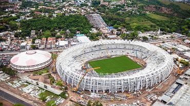 <b>Arena Beira Rio - Porto Alegre.</b> 60 600 miejsc, arena pięciu meczów. Koszt: 500 mln zł. Stadion należy do klubu Internacional Porto Alegre, który sfinansował większość inwestycji. Obiekt remontowany, a nie budowany od podstaw. Pierwotnie miał być większy i być jedną z głównych aren imprezy, ale lokalne instytucje publiczne nie mogły udzielić wystarczające pomocy. Wszystko dlatego, że parę kilometrów dalej, kapitalny, nowoczesny obiekt, za własne pieniądze, postawił odwieczny rywal, Gremio Porto Alegre. Miasto, korzystając z okazji, wydało mnóstwo pieniędzy na odnowienie wspaniałych okolic stadionu Beira-Rio (Brzeg Rzeki). Obiekt usytuowany jest przy rzece Jacui wpadającej do Jeziora Ptaków, największego w kraju, o powierzchni 10-krotnie większej od Śniardw