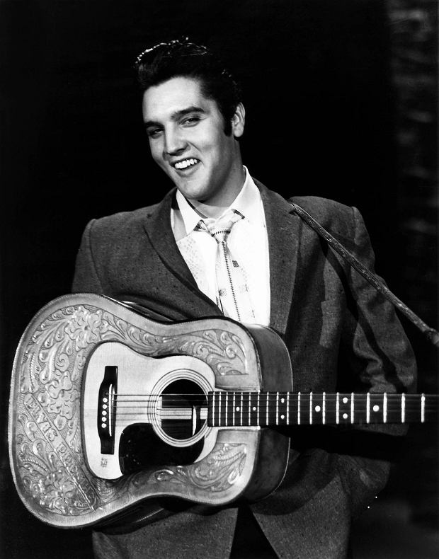 THE ED SULLIVAN SHOW, Elvis Presley, aired October 28, 1956 SLOWA KLUCZOWE: THE ED SULLIVAN SHOW ELVIS PRESLEY AIRED OCTOBER 28 1956 1950S TV PORTRAIT 9GV-PROJ EV-IN GUITAR ROCK STAR TELEVISION VARIETY COURTESY COLLECTION