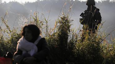 Armia (wbrew wojskowym przepisom - na mundurach żołnierzy przerzuconych na granicę nie ma żadnych znaków pozwalających się zidentyfikować) i Straż Graniczna pilnuje by dziennikarze, wolontariusze organizacji pomocowych i zwykli Polacy chcący pomóc nie zbliżali się do grupy uchodźców przetrzymywanych od kilkunastu dni na granicy polsko-białoruskiej. Usnarz Górny, 22 sierpnia 2021