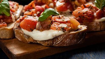 Bruschetta to łatwe danie, które możesz podać zarówno jako przekąskę dla bliskich, jak również w roli przystawki podczas przyjęcia