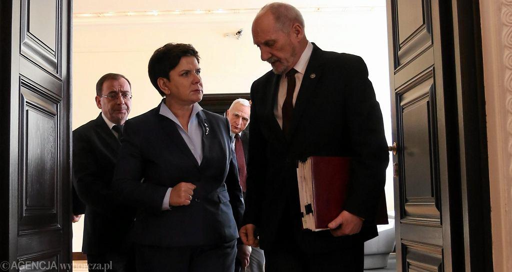 Antoni Macierewicz i Beata Szydło na posiedzeniu rządu