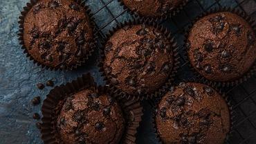Babeczki czekoladowe, po ostudzeniu, można udekorować np. roztopioną czekoladą, lukrem lub ulubionym kremem