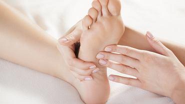 Refleksologia to metoda masażu stóp, dłoni lub lub twarzy