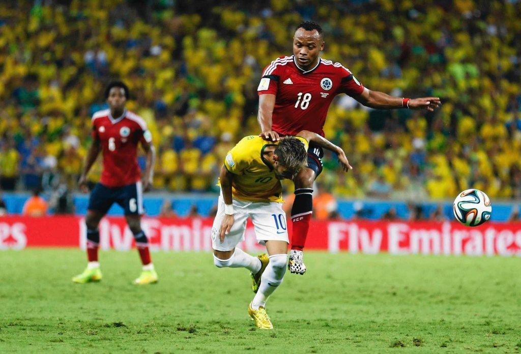 Kolumbijczyk Camilo Zuniga fauluje Neymara