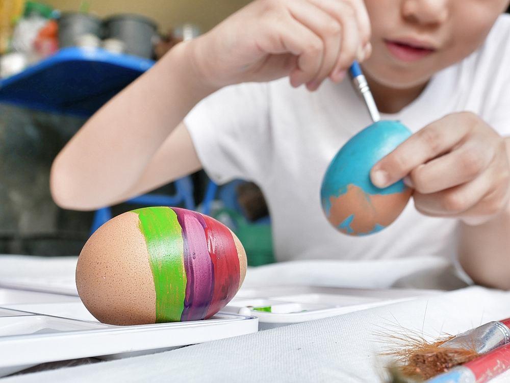 10 pomysłów na świąteczne pisanki, które można wykonać z dziećmi