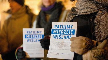 Protest przeciwko przekopowi Mierzei Wiślanej pod fontanną Neptuna w Gdańsku