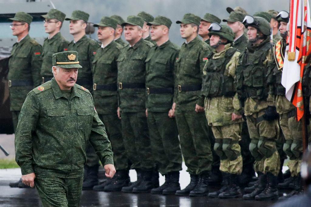 Aleksandr Łukaszenka dokonuje przeglądu wojsk na poligonie pod Borysowem na Białorusi