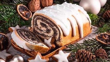 Makowiec zawijany to tradycyjne wigilijne ciasto. Zdjęcie ilustracyjne