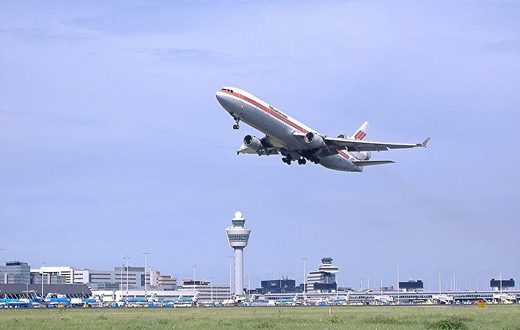Samolot startujący z lotniska w Amsterdamie
