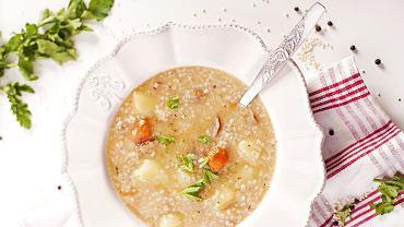 Krupnik to tradycyjna zupa przyrządzana na bazie wywaru z jarzyn lub bulionu mięsnego