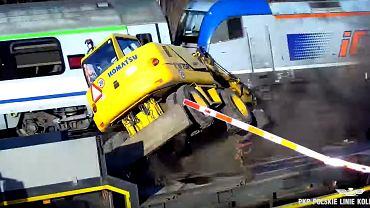 Ciężarówka staranowała rogatki i wjechała pod nadjeżdżający pociąg w Wielkopolsce.