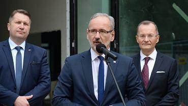 Na pierwszym planie Adam Niedzielski, minister zdrowia.