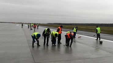 Naprawa pasa startowego w Modlinie
