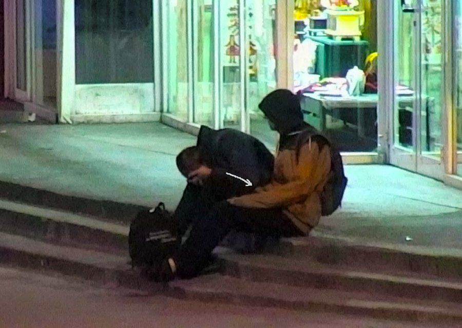 Podejrzany sprawdza kieszenie pokrzywdzonego mężczyzny