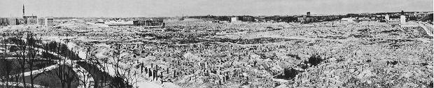 Warszawskie getto zrównane z ziemią przez Niemców, zgodnie z rozkazem Adolfa Hitlera, po stłumieniu powstania w 1943. Widok na stronę północno-zachodnią, z lewej Ogród Krasińskich i ulica Świętojerska, zdjęcie zrobione ok. 1950.