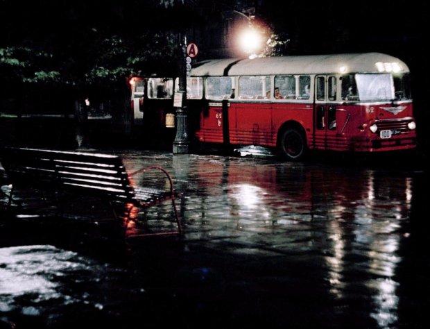 PHOTO: KAROL SZCZECINSKI/EAST NEWS    Autobus Chausson APH522 linii 100 na przystanku w Alejach Ujazdowskich, rog Pieknej. Warszawa, lata 60.