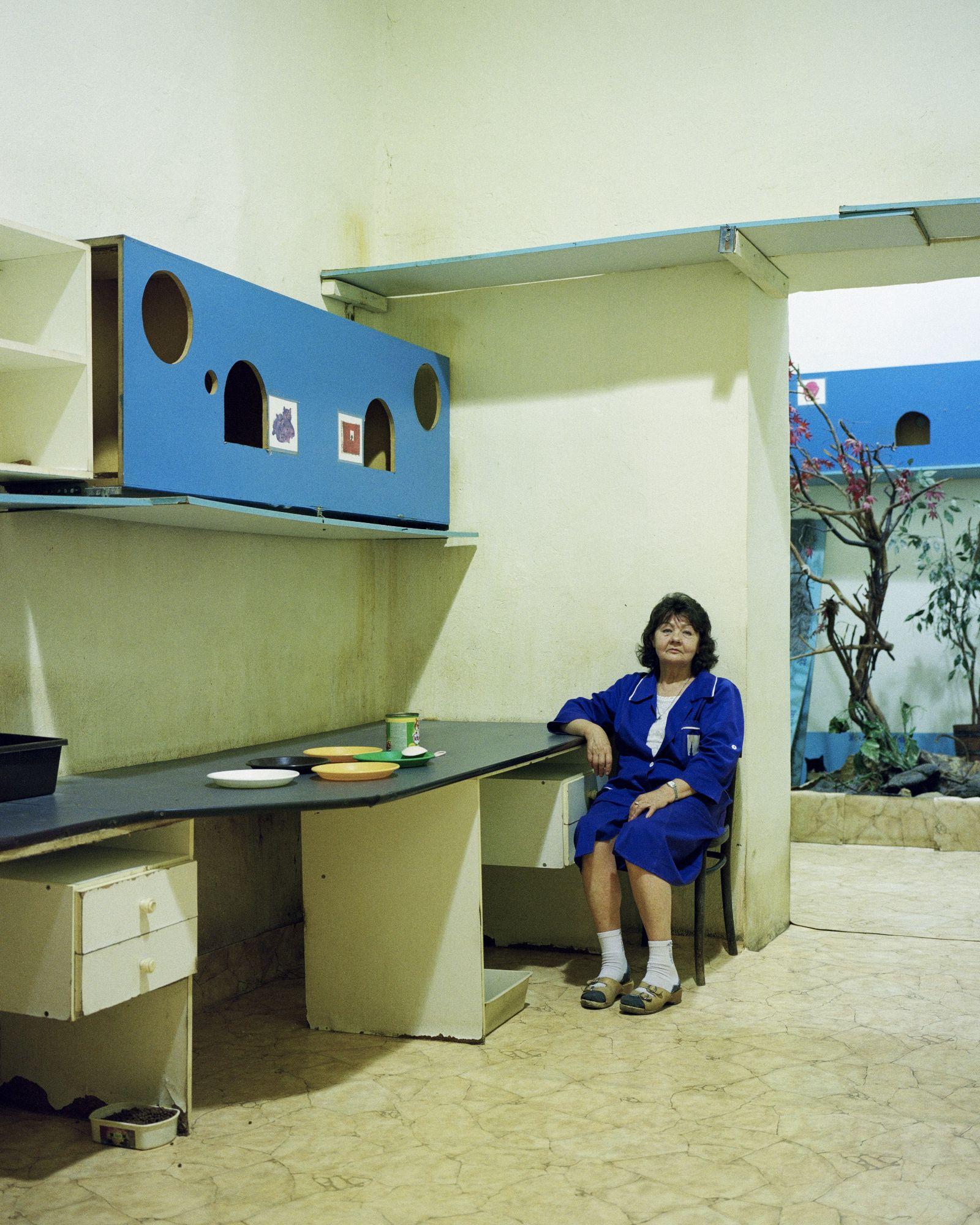 Pani Celina zajmująca się kotami mieszkającymi w podziemiach (fot. Jacek Fota)