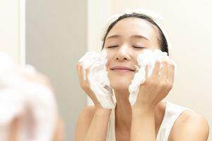 90 proc. kobiet dba o dokładne oczyszczanie twarzy. Dla Polek szczególnie ważny jest wieczorny rytuał.