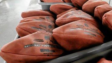 Piłki przygotowywane na Super Bowl XLIX