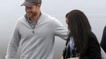 Meghan Markle i książę Harry przyłapani na lotnisku w Kanadzie. Sami nieśli swoje walizki i nie szczędzili sobie czułości