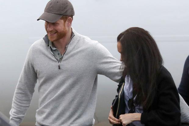 Meghan Markle i książę Harry wrócili do Kanady, gdzie zostali przyłapani na lotnisku przez paparazzi. Żona księcia wyglądała na szczęśliwą jak nigdy wcześniej.