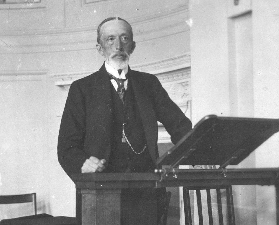 Warszawa, październik 1918 r. Józef Świeżyński przemawia jako premier polskiego rządu powołanego przez Radę Regencyjną. Jego gabinet przetrwał tylko 11 dni