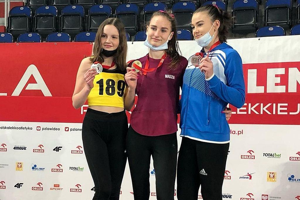 Magdalena Żelazna ze złotym medalem na 3 km w chodzie, wywalczonym w halowych mistrzostw Polski w kategorii U18
