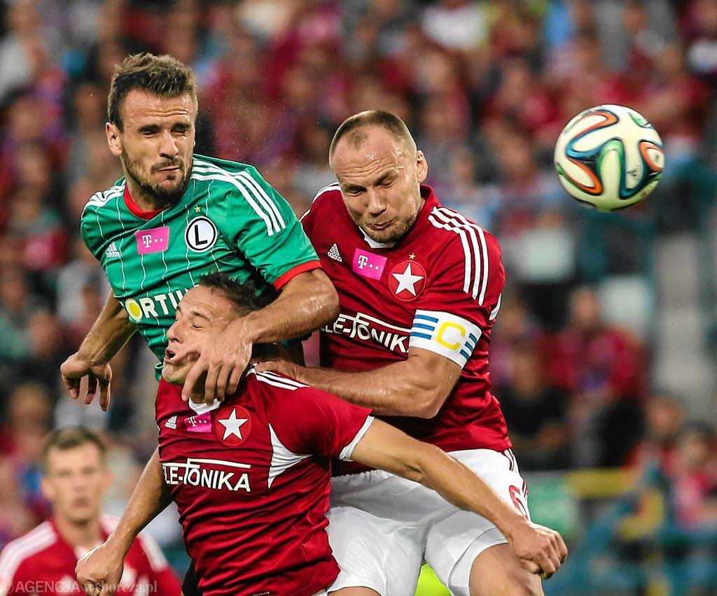 Orlando Sa, Arkadiusz Głowacki i Dariusz Dudka walczą o piłkę