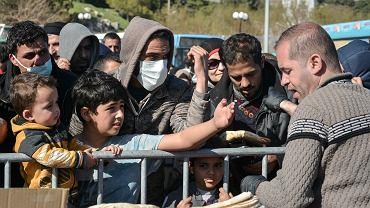 Migranci i uchodźcy na wyspie Lesbos w Grecji