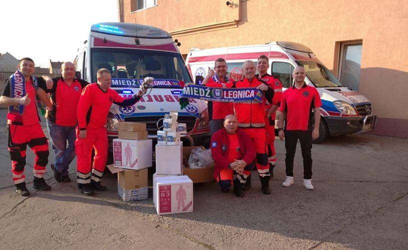 Kibice Miedzi Legnica przekazali sprzęt ratownikom medycznym
