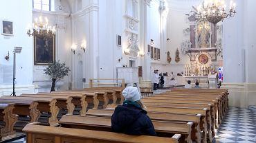 Rząd zmienia zdanie ws. mszy. Od Wielkiej Niedzieli 50 osób w kościele. Na zdjęciu: Msza święta transmitowana przez internet w kościele pokamedulskim w Lasku Bielańskim
