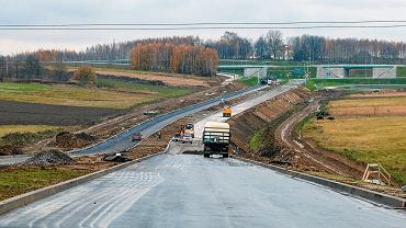 Ostatnie prace przy budowie łącznika drogi ekspresowej S19. Rzeszów, 14 listopada 2017