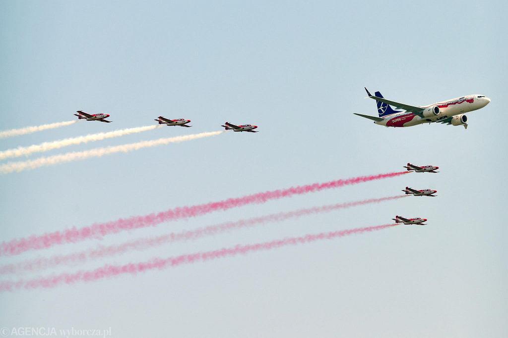 Air Show 2018 w Radomiu. Próbny przelot Boeinga 737 MAX Polskich Linii Lotniczych LOT z Biało-Czerwonymi Iskrami.