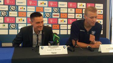 Konferencja przed meczem Zawisza - Wisła. Od lewej: trener Mariusz Rumak i Kamil Drygas