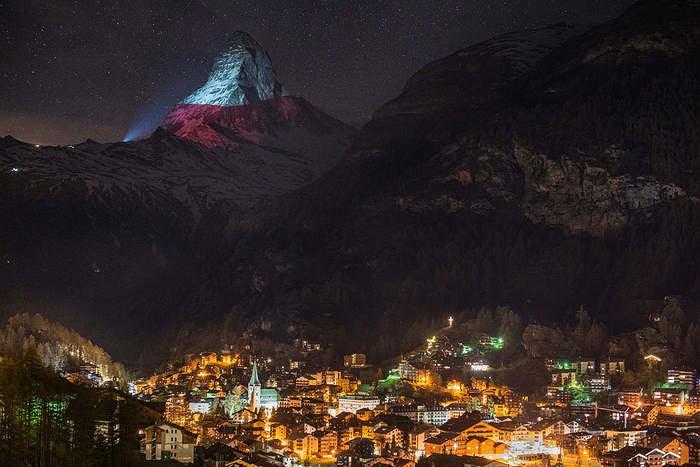 'Light is hope', polska flaga wyświetlona na szczycie Matterhorn