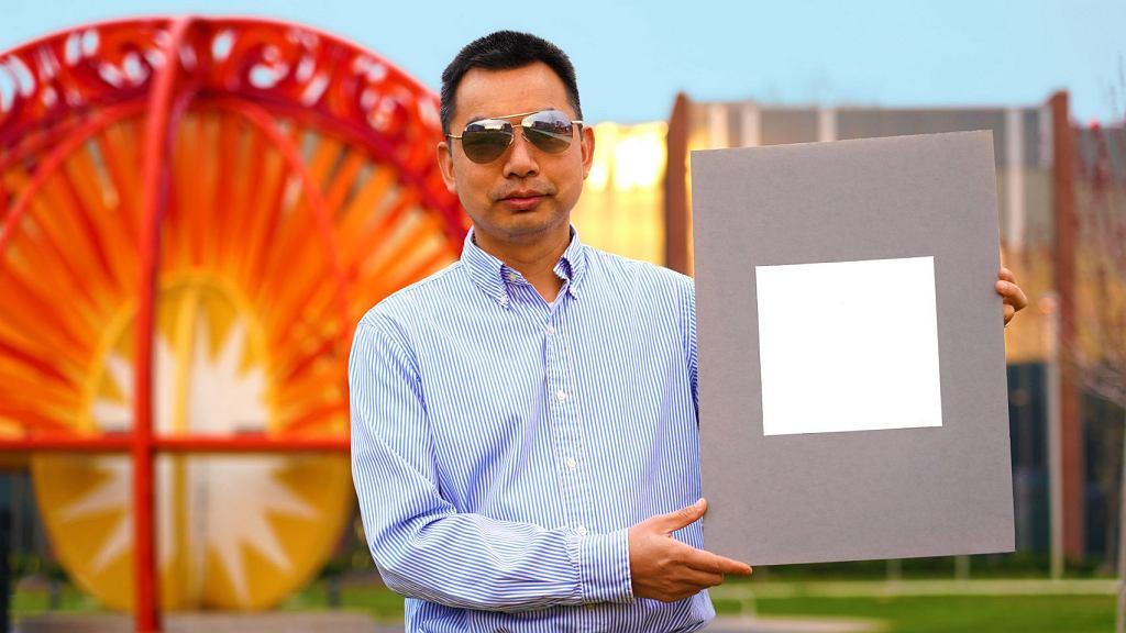 Xiulin Ruan z Purdue University prezentuje najbielszą farbę świata