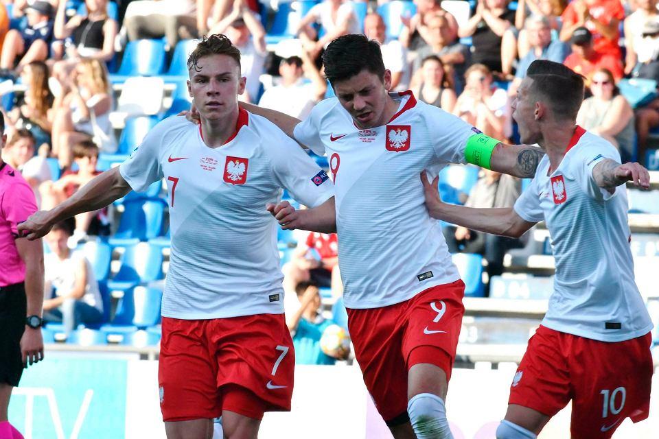 Radość Polaków po zdobyciu pierwszej bramki, na zdjęciu od lewej: Szymon Żurkowski, Dawid Kownacki i Sebastian Szymański.