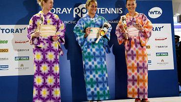 Agnieszka Radwańska, Monica Puig i Jessica Moore w tradycyjnych letnich kimonach - yukatach - zaprezentowały się podczas specjalnej imprezy przed turniejem tenisowym w Tokio. Zawodniczki zagrały też pokazowy mecz w tradycyjną, japońską grę.<br><br>Polka miała w pierwszej rundzie turnieju w Japonii wolny los
